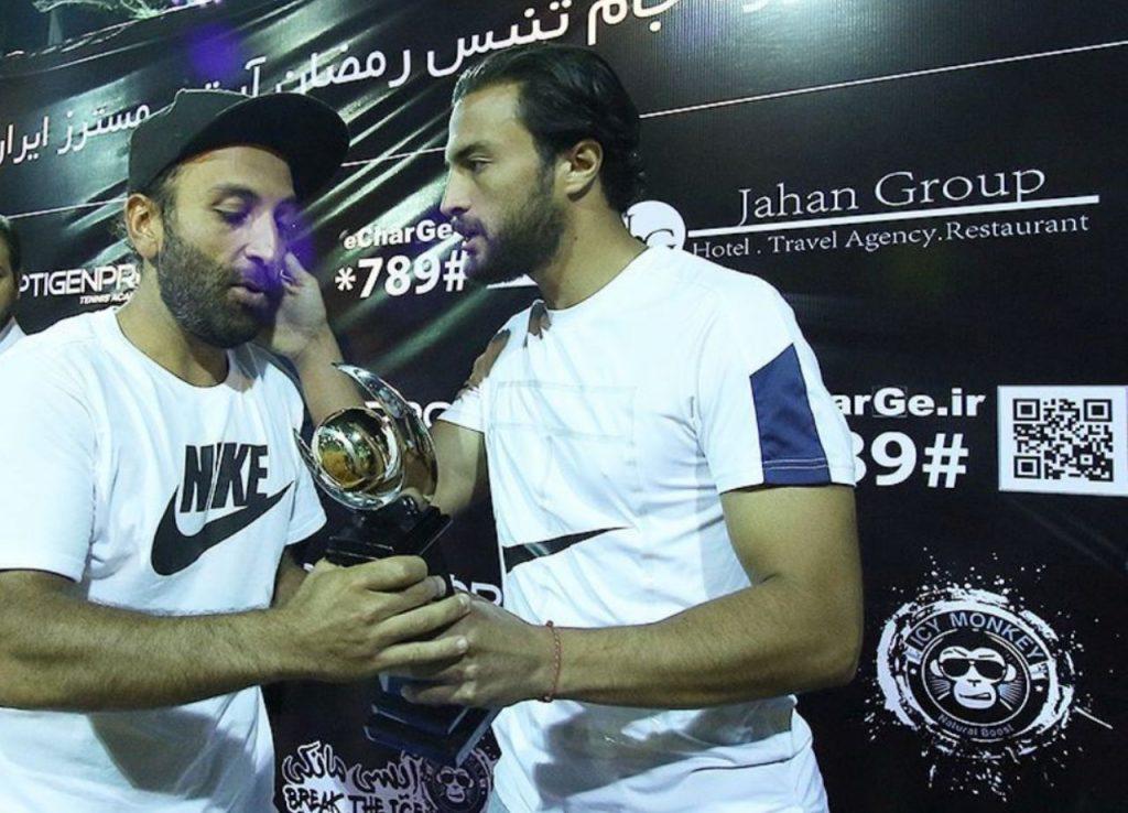 امیر جدیدی، ستاره سینمای ایران در حال اهدای جام قهرمانی به شاهقلی